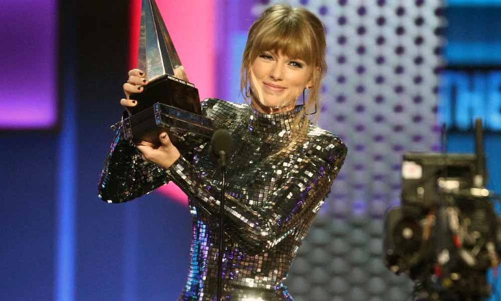 taylor-swift-artist-of-the-year