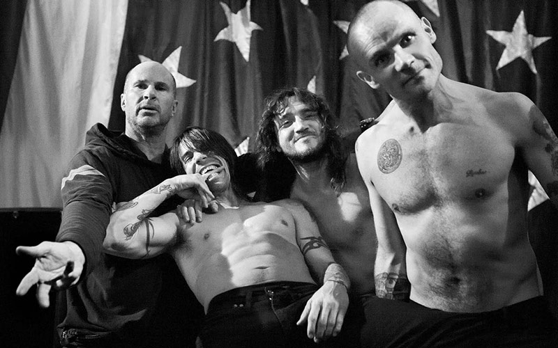 red-hot-chili-peppers-giza-pyramids