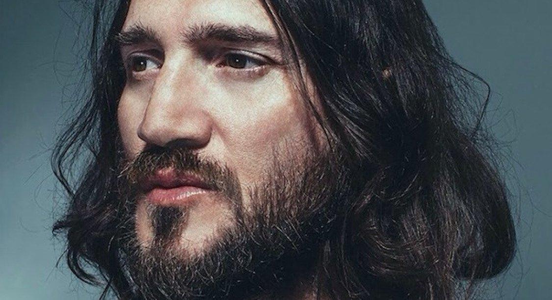 john-frusciante-she-smiles-because-she-presses-the-button